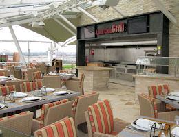 Im Lawn Club Grill können Gäste auch selbst Hand anlegen und ihr Fleisch mit den Köchen grillen.